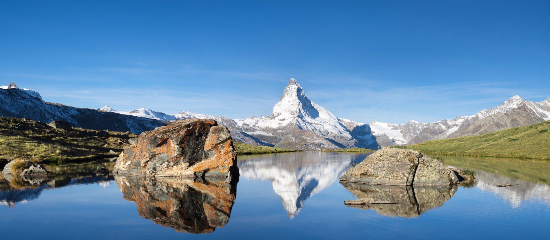 Schweizer Berge mit Matterhorn und Stellisee im Vordergrund representing Hacknowledge Company roots